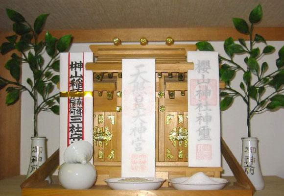 神棚と神棚用の棚を家の中に設けた場合の写真